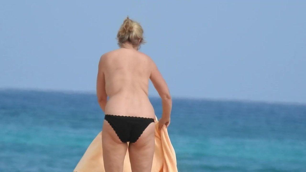 Espiando a una madre e hija haciendo topless en la playa