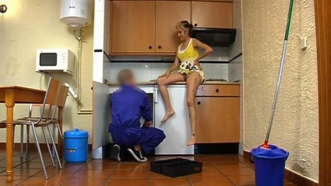 Morena TETONA se folla al fontanero y lo graba con cámara oculta