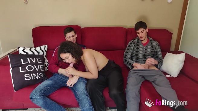 Morenita come 2 POLLONES en el sofá de su casa